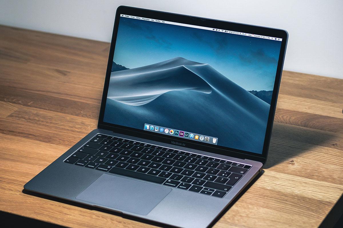 Laptop na stolu